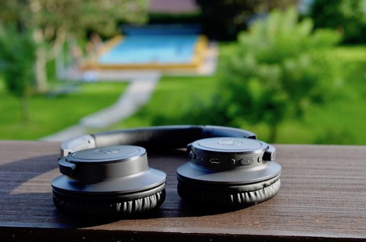 Audio Technica ATH SR30BT auf Balkongel%C3%A4nder