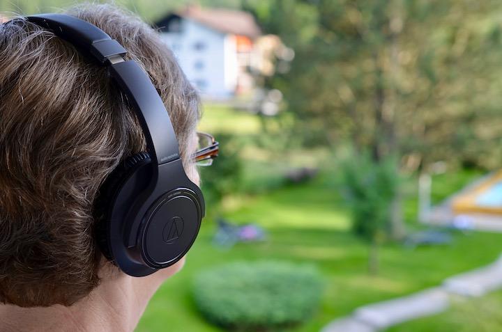 Frau tr%C3%A4gt Audio Technica ATH SR30BT