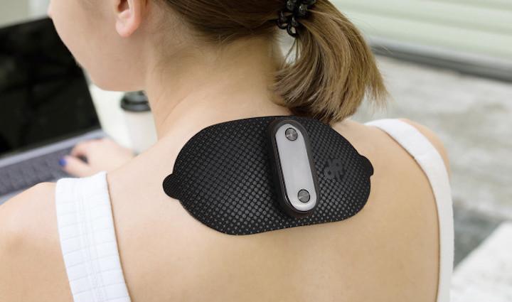 Frau verwendet Dr. Pocket am Nacken