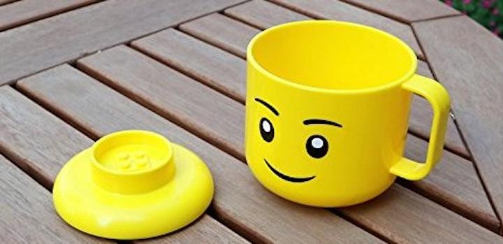 Legotasse Deckel Holztisch
