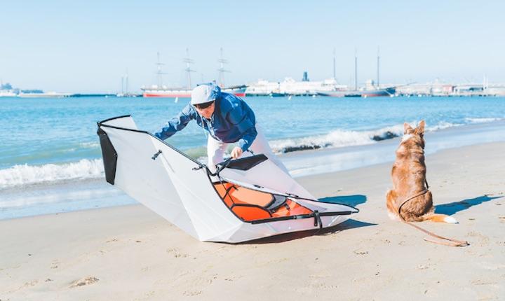 Mann baut Oru Kayak Inlet zusammen
