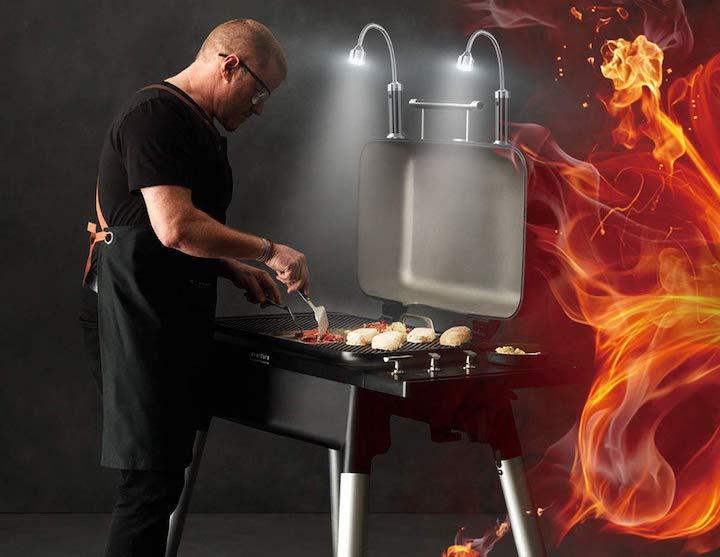 Mann grillt mit MojiDecor Grilllichtern
