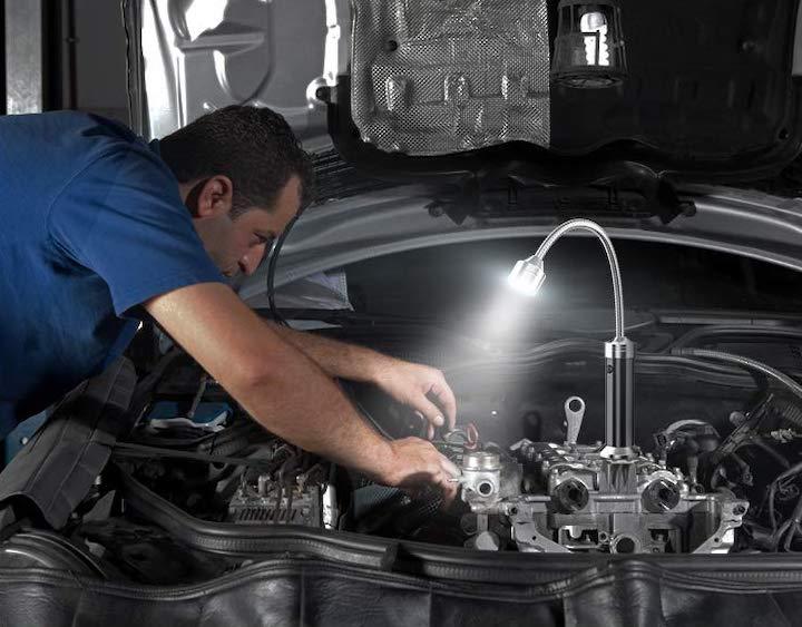 Mann repariert Auto mit MojiDecor Grilllicht
