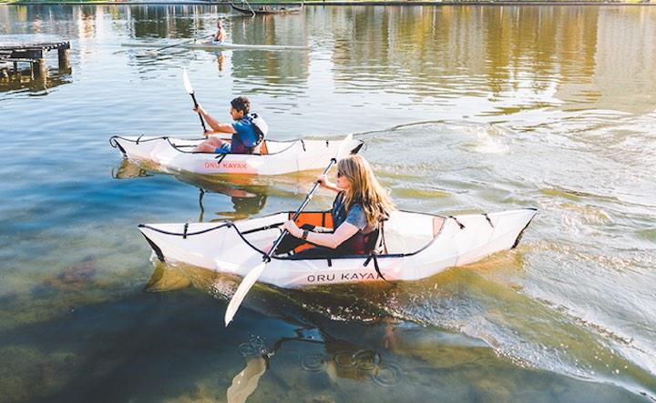 Mann und Frau in Oru Kayak Inlet
