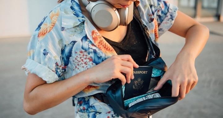 Frau holt Reisepass aus Side Pocket