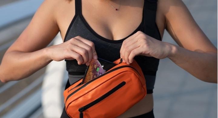 Frau steckt iPhone in Side Pocket