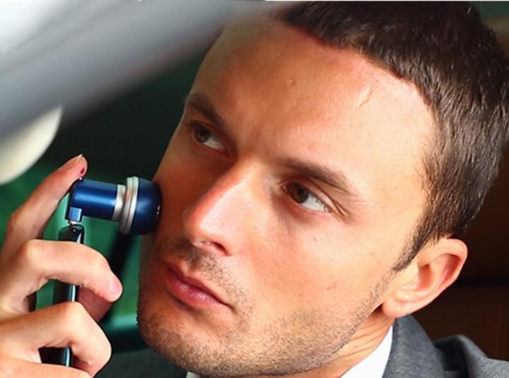 Mann rasiert sich mit Pocketshaver