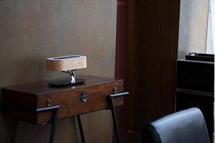 Nourich Nachttischlampe Lautsprecher und Laden im Raum