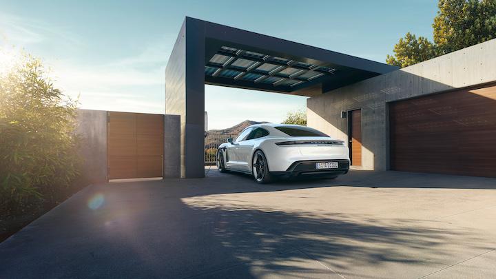 Porsche Taycan Turbo S in wei%C3%9F Garage