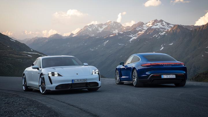 Porsche Taycan Turbo S in wei%C3%9F und blau