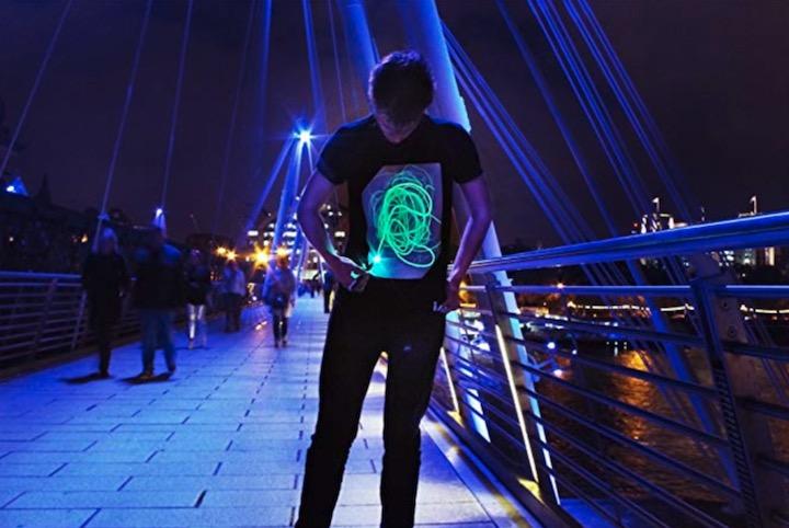 Illuminated Apparel Interaktives T Shirt Mann Br%C3%BCcke