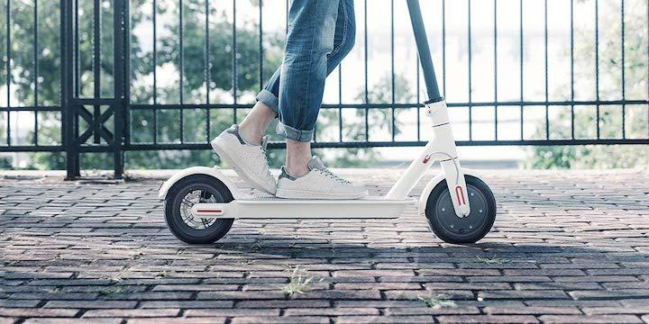 Mi Elektro Scooter bei der Fahrt