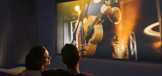 Paar schaut Konzert mit Nebula Cosmos 520x245