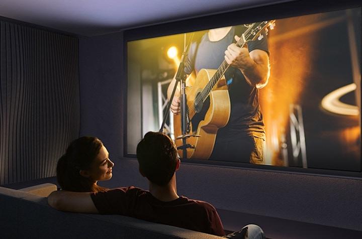 Paar schaut Konzert mit Nebula Cosmos