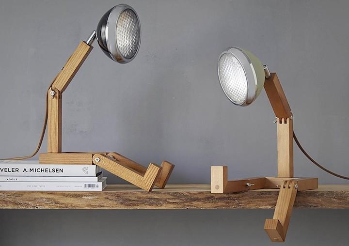 Zwei Mr. Wattson G9 LED Lamps auf Holzbrett