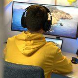 Mann Computer Monitor Pullover Maus ISY Kopfhörer 160x160