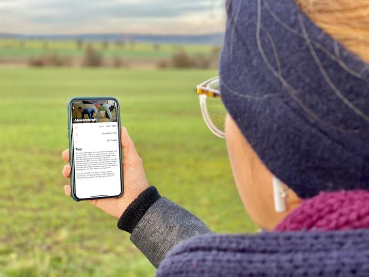 YAS App iPhone Hand Frau Natur Kopfh%C3%B6rer