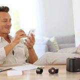 Moodo Mann Smartphone Beine Wohnzimmer 160x160