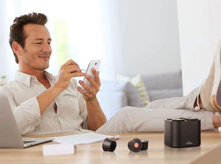 Moodo Mann Smartphone Beine Wohnzimmer