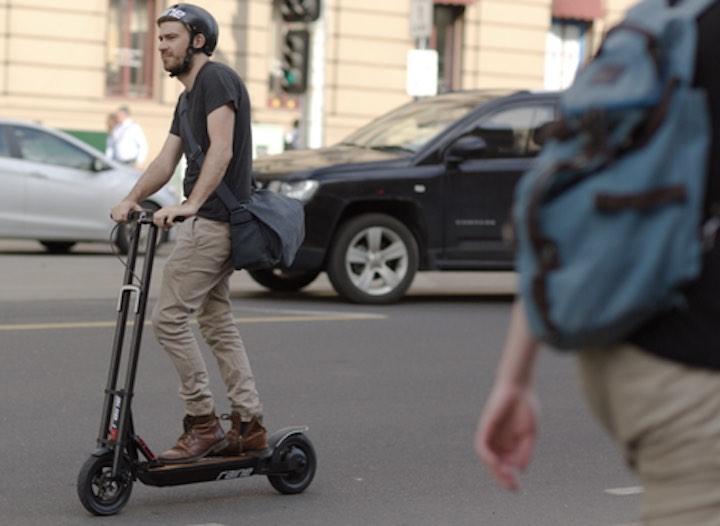 The Raine One Elektro Roller in der Stadt gefahren