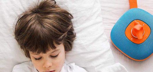 Kinderlautsprecher neben Kind