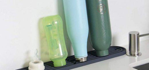 Sanni Shoo Abtropfmatte mit Flaschen im Einsatz