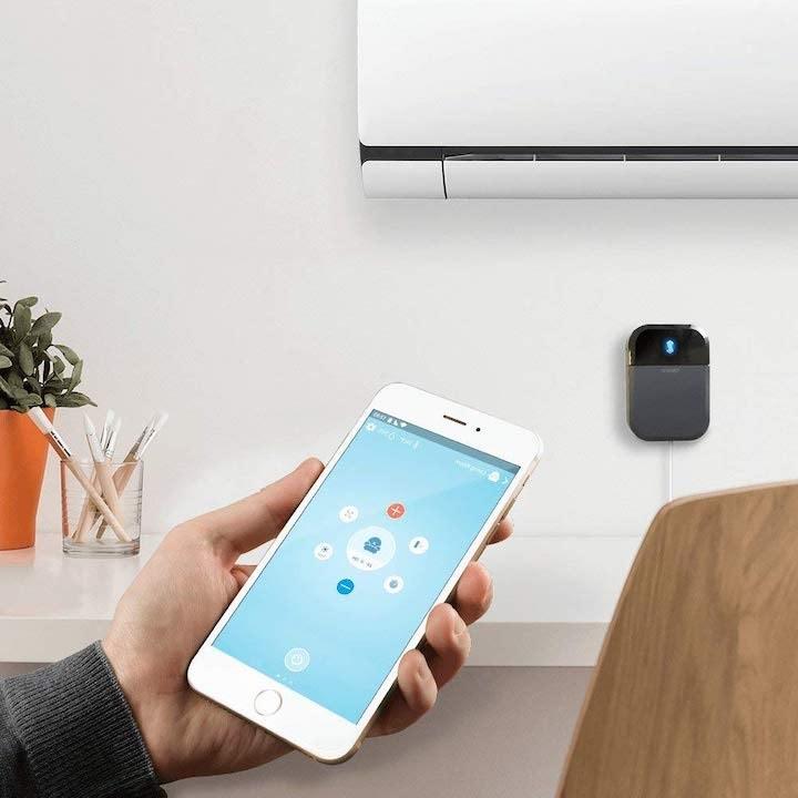 Sensibo Sky mit App vor Klimaanlage