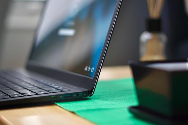 Anschl%C3%BCsse des PEAQ Notebook auf einem Tisch