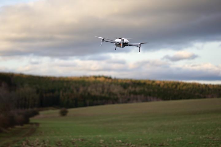 Drohne fliegt %C3%BCber einer Wiese
