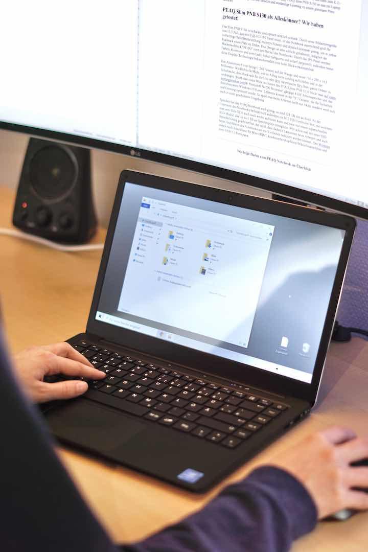 H%C3%A4nde tippen auf einer Laptop Tastatur
