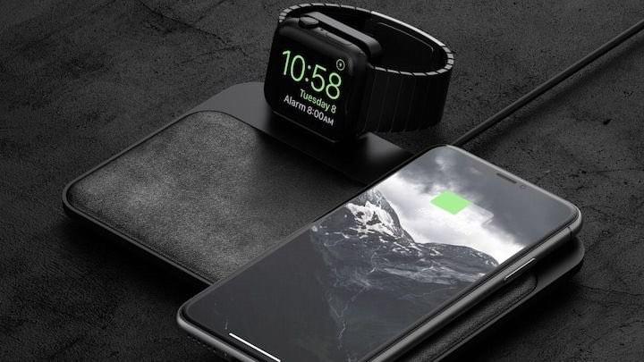 Nomad Base Station mit Uhr und Smartphone