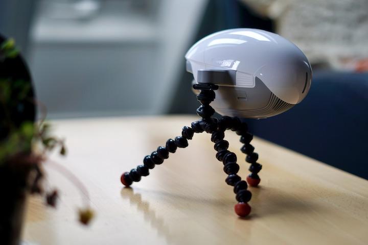PowerVision Drohne steht auf kleinem Stativ