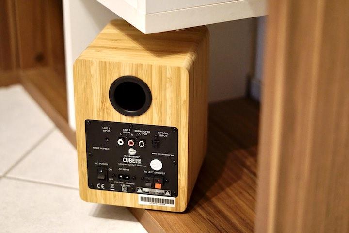 R%C3%BCckseite eines Lautspreches mit Bassreflexr%C3%B6hre