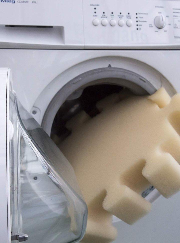 Schaumstoff Puzzle Teil liegt in Waschmaschine