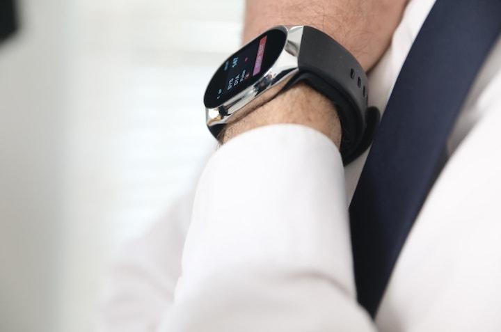 Smartwatch mit Blutdruckmesser am Handgelenk