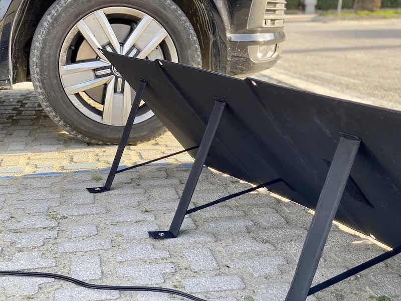 praktische aufsteller an der solartasche lassen sich schnell aufstellen