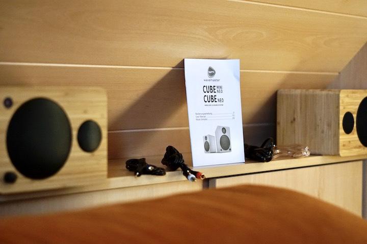 wavemaster Lautsprecher stehen mit Zubeh%C3%B6r und Kabel im Regal