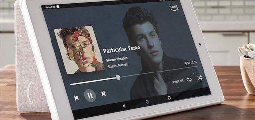 Amazon Fire HD10 Tablet steht auf Tisch