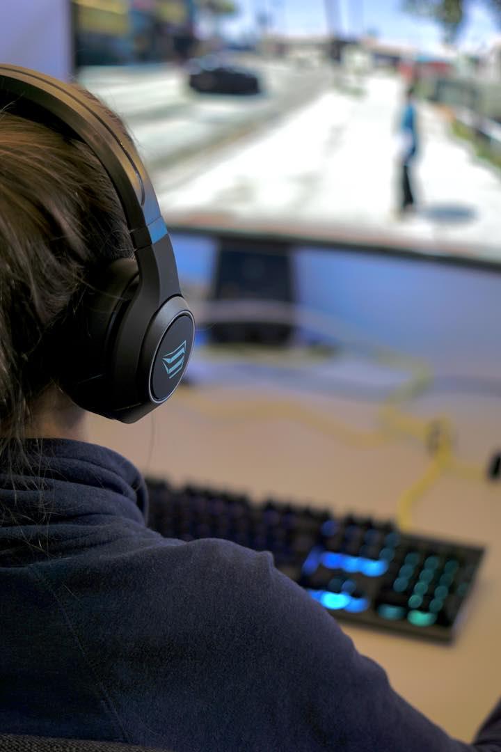 Frau spielt Comupterspiel mit ISY Gaming Kopfh%C3%B6rern