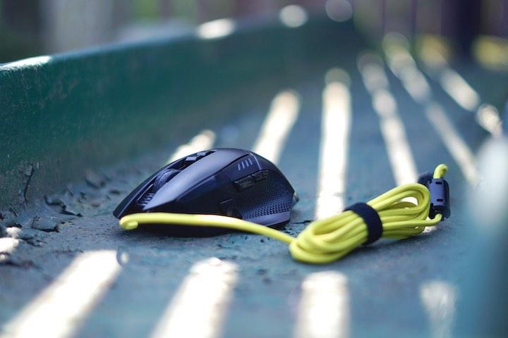 ISY Gaming Maus steht auf gr%C3%BCner Metalloberfl%C3%A4che