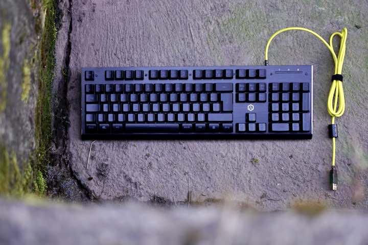 ISY IGK 3000 Gaming Tastatur liegt auf Betonboden