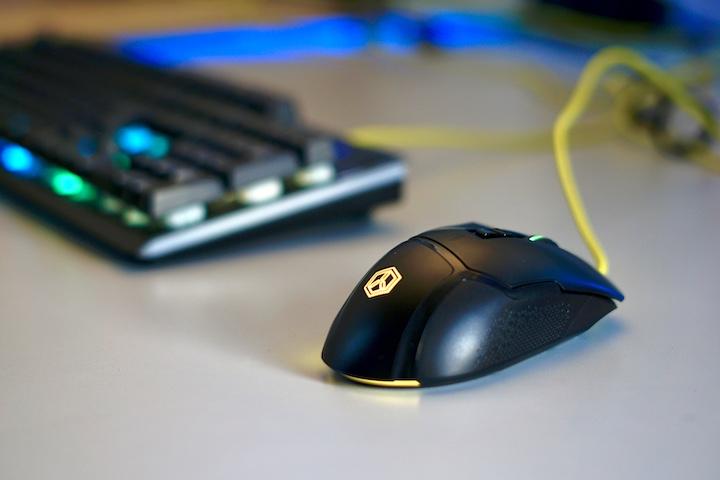 ISY IGM 3000 Maus liegt auf Schreibtisch vor Tastatur