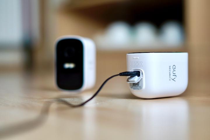 Ladekabel steckt in eufy %C3%9Cberwachungskamera