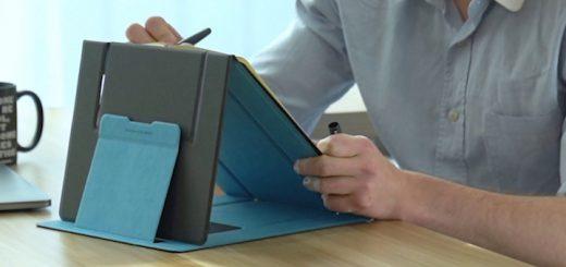 Mann schreibt mit Stift was auf einem Zettel der auf einer Halterung liegt 520x245