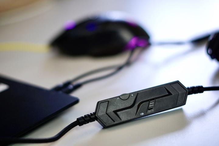 Mikrofonschalter des ISY IC 6000 Gaming Headsets liegt vor einer Maus