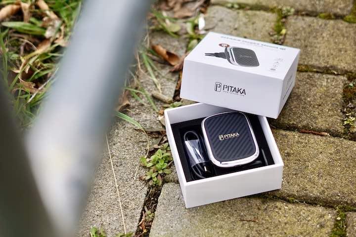 Pitaka Verpackung mit KFZ Halterung liegt auf Pflaster