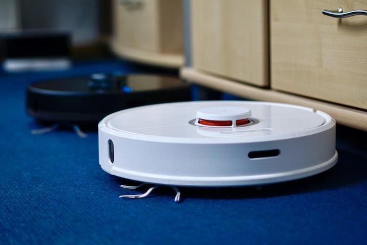 Roborock S6 steht auf Teppich vor anderem Cecotec Saugroboter