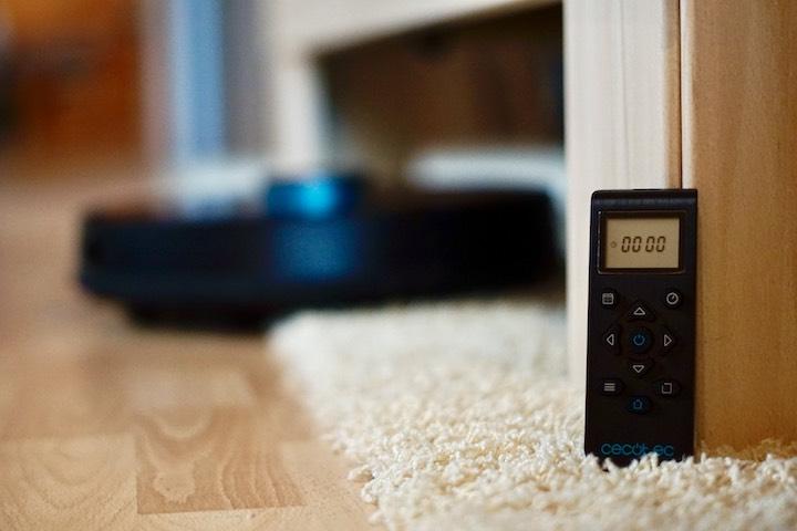 Saugroboter Fernbedienung steht auf Teppich