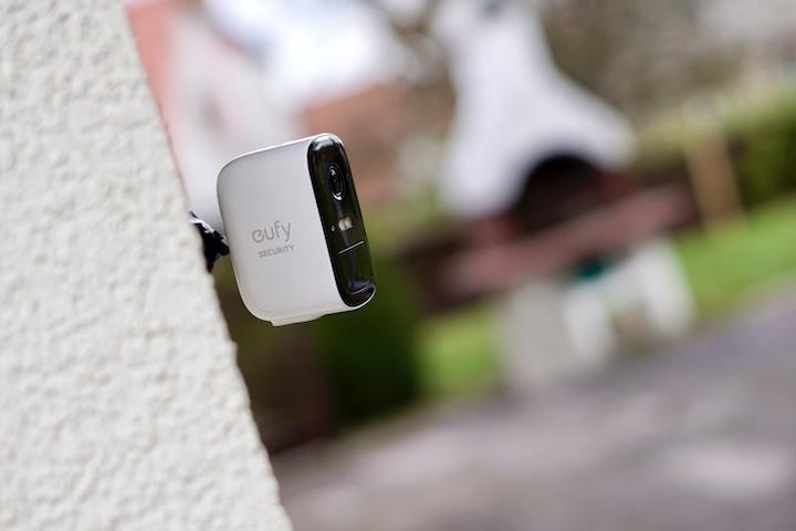 eufy Sicherheitskamera h%C3%A4ngt an einer Hauswand