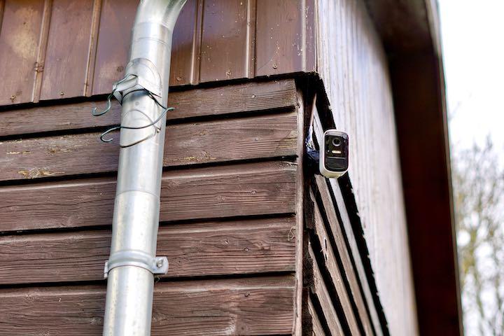 eufyCam 2C h%C3%A4ngt an einem Haus neben einer Dachrinne